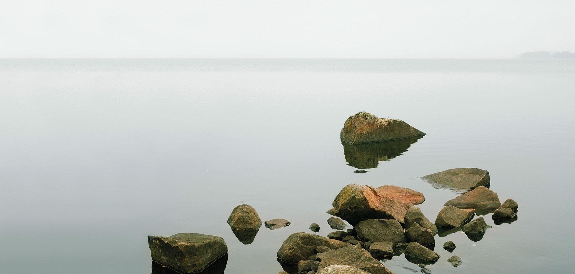 Thomas Steininger Trauerwaren Bild Steine im Wasser